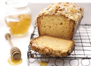 Prăjitură cu miere şi topping de migdale