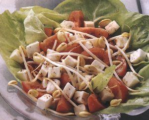Salată colorată din mozzarella cu muguri