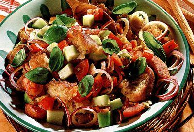 Salată cu crutoane aromate