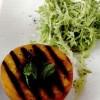 Salata_de_piersici_calde_la_gratar_si_salata_creata_cu_sos_de_brânza_de_capra