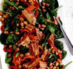 Salată de spanac cu bacon şi fasole albă