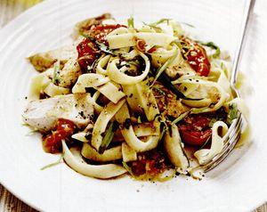 Tagliatelle cu pui la grătar şi roşii