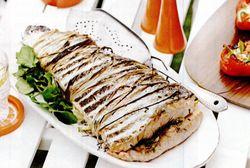 Peşte fript umplut cu fenicul, servit cu salsa verde