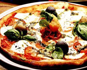 Pizza cu mozzarella si legume