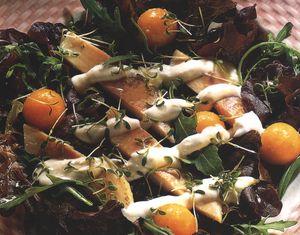 Salată de frunze de stejar cu păstrăvi afumaţi