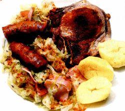 Varza cu cotlete de porc si afumatura