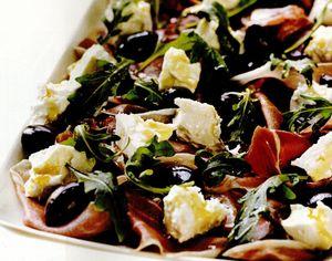 Platou cu telemea, şuncă Serrano, măsline, rucola şi crostini
