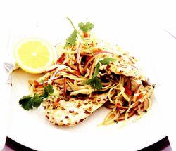 Pui în crustă condimentată şi salată asiatică