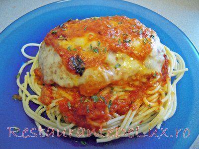 Reteta zilei: Pui parmigiana pe pat de spaghete