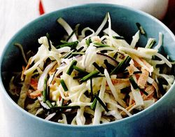 Salată coleslaw cu brânză şi chives