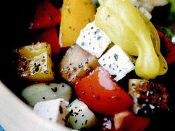 Salată de legume cu măsline si brânză
