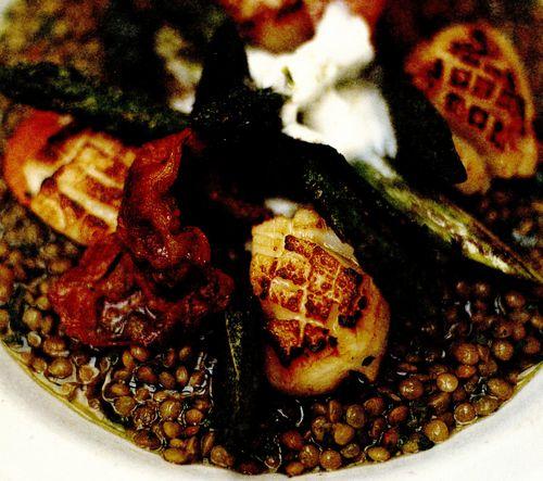 Scoici Saint-Jacques la tigaie, cu linte, pancetta crocantă şi smântână cu lămâie