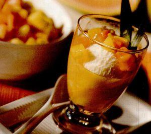 Cupe cu fructe şi iaurt