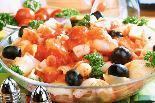Retete de post: Paste cu sos de roşii şi măsline