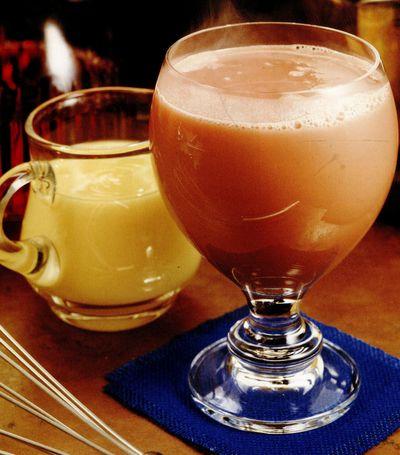 Cocktail cu lichior de oua si vin rosu