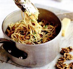 Spaghete cu nuci, stafide şi pătrunjel