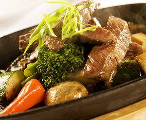 Carne de vita inabusita cu ceapa, cuisoare si cartofi