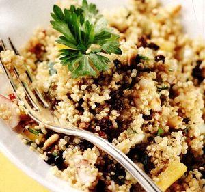 Retete_delicioase_Salata_de_quinoa_cu_fructe_uscate