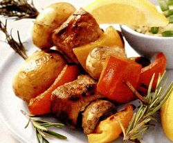 Retete_pentru_gratar_Frigarui_de_purcel_cu_cartofi