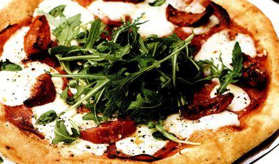 Pizza_cu_rosii_deshidratate_mozzarella_si_salam