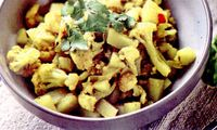 Cartofi_indieni_cu_ghimbir_si_curry_de_conopida