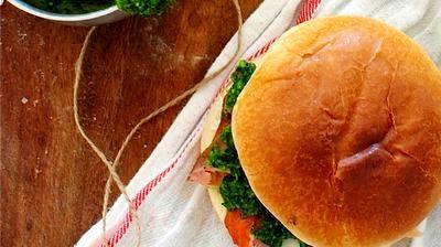 Sandwichuri_cu_somon_afumat_si_sos_pesto_04