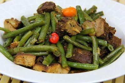 Mancare de fasole verde cu carne de porc