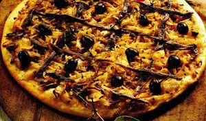 Pizza_cu_ansoa_masline_si_parmezan
