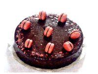 Tort_cu_crema_de_ciocolata_capsuni_si_macarons