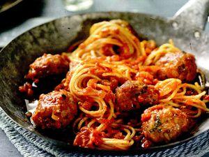 Spaghete_cu_chiftele_de_ton_si_busuioc