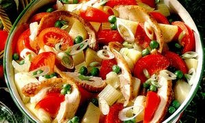 Salata_cu_pui_afumat_rosii_si_cartofi