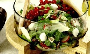 Salata_cu_mozzarella_avocado_si_sos_de_coacaze