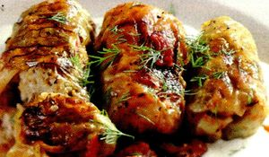 Sarmale fierte cu carnati din: cotlet, pulpa si piept de porc, orez, ceapa, carnati, bacon, varza, cimbru, condimente, boia, pasta de rosii, piper, picioare si ureche