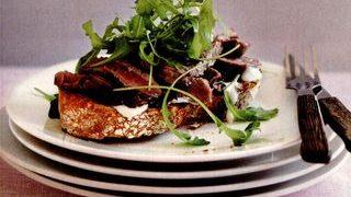 Sandvici deschis cu friptura si salote