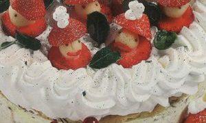 Tort_cu_frisca_si_fructe_confiate