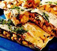 Placinta mexicana din: piept de pui, bacon, cascaval, porumb, ceapa, ulei, tortilla, oregano, patrunjel, boia, sare, piper