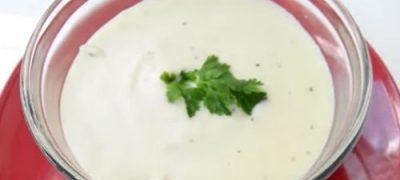 Singura diferenţă între sosul alb (vezi reţeta) şi sosul Bechamelle este că acesta din urmă se prepară cu lapte şi nu cu apă.