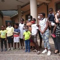 Adozioni bloccate dal Covid, storia a lieto fine per 5 bambini arrivati in Italia dal Congo