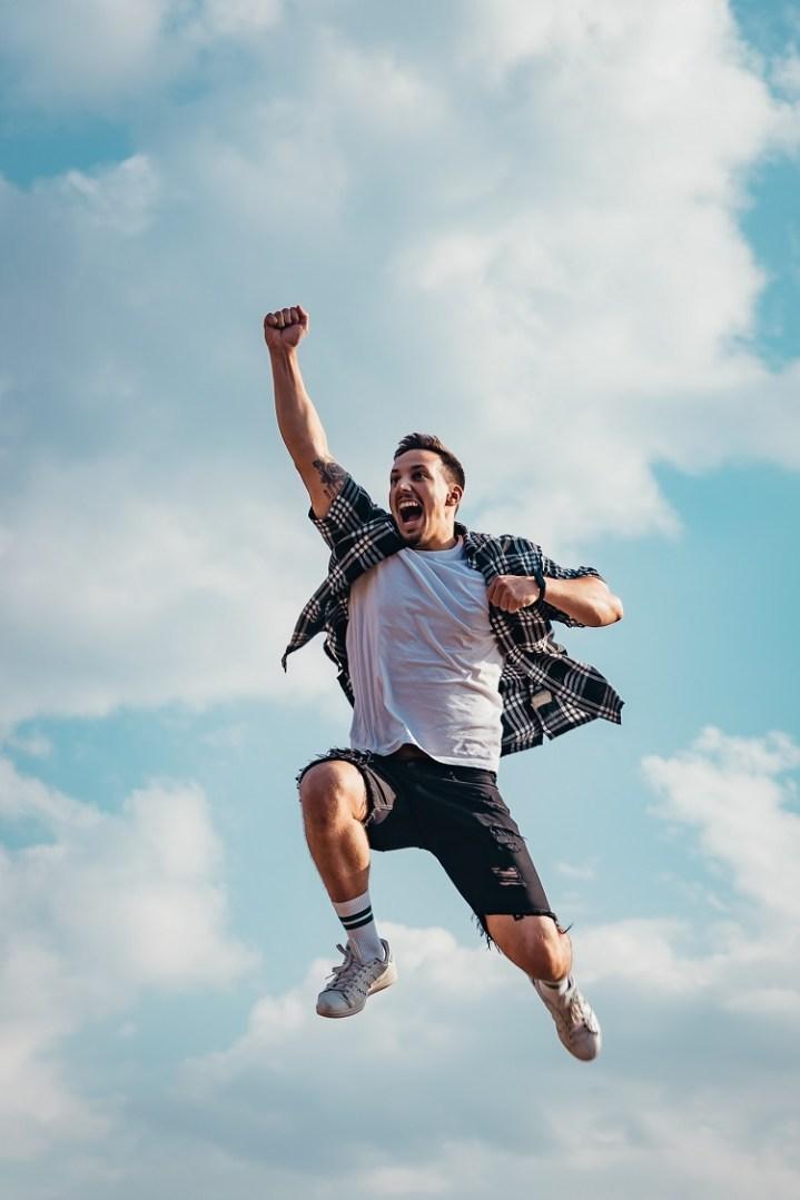 homem comemorando vitória com um salto