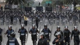 Dozens of police officers await the arrival of teachers of the National Coordinator of Education Workers (CNTE) on June 16, 2016. | Photo: EFE