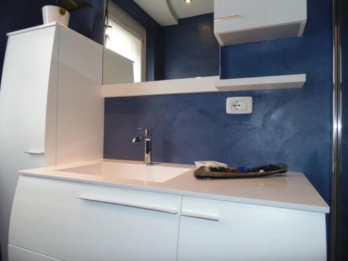 Rivestimento pareti e pavimento bagno resina blu  Spiazzo