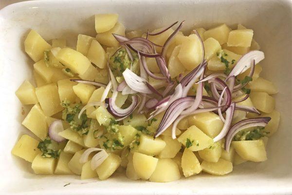 pulpe-cu-rosii-si-cartofi-la-cuptor-pregatirea-cartofilor