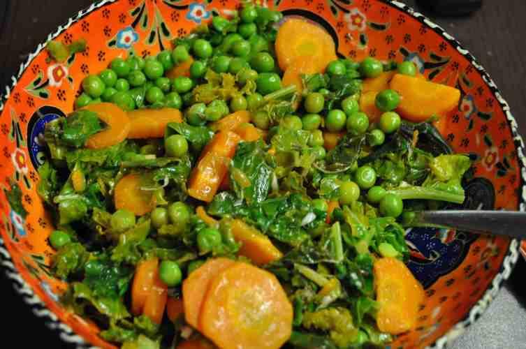 Salata de kale cu mazare si morcovi