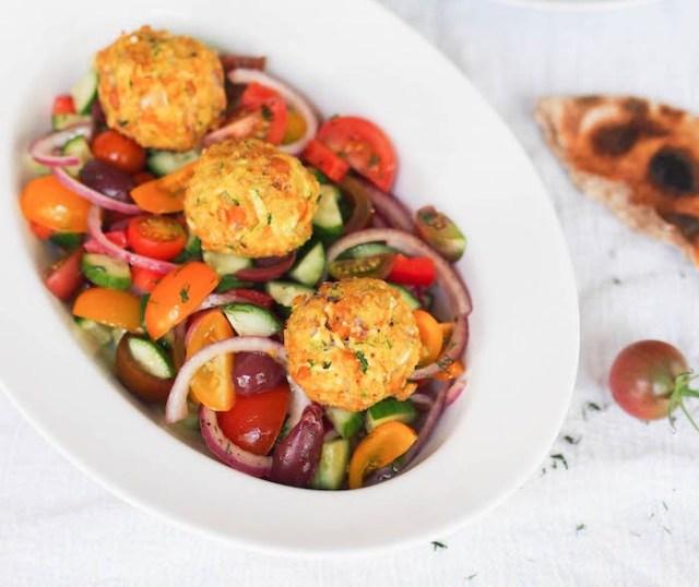 chiftelute-de-dovlecel-si-naut-cu-salata-greceasca