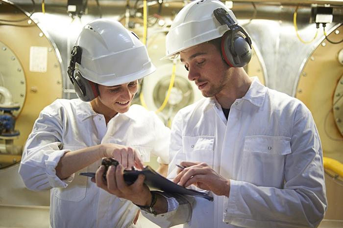 Overlegsituatie in fabriek met veiligheidsmiddelen
