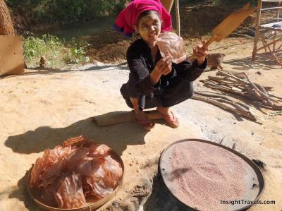 Cooking rice cakes with hot river sand in In Thein (Inle Lake)
