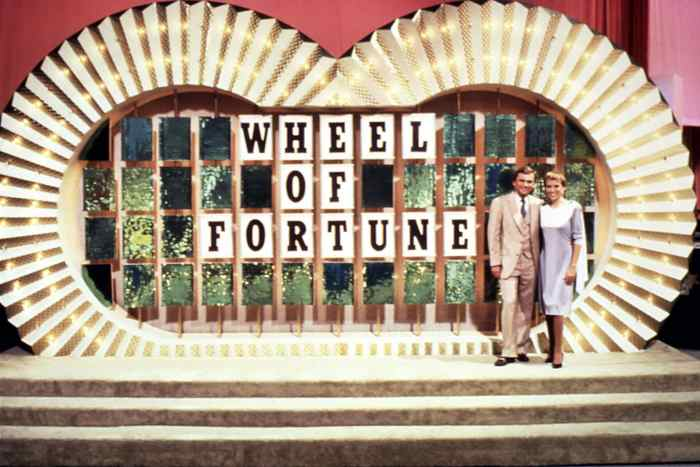 WHEEL OF FORTUNE, (from left): host Pat Sajak, co-host Vanna White, (ca. mid 1980s), 1975-