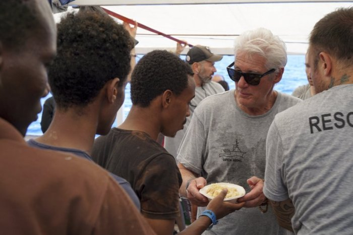 richard gere helps migrants