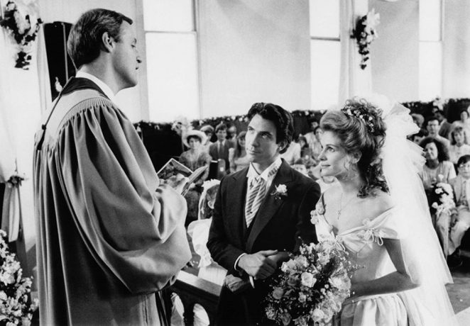 Dylan McDermott and Julia Roberts in 'Steel Magnolias' while Dolly watches on.