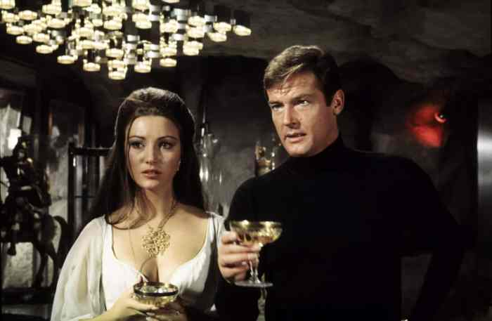 LIVE AND LET DIE, from left: Jane Seymour, Roger Moore, 1973,